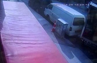 Freni boşalan kamyonet park halindeki araca çarptı