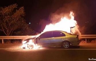 Patlayarak alev alev yanan otomobil adeta küle döndü