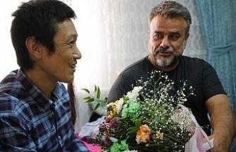 Ünlü sanatçı Bülent Serttaş, Elazığlı ailenin evinde misafir ettiği Japon turisti ziyaret etti