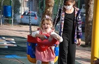 Depremin sembolü Ayda, merhum annesinin adını taşıyan parkta oynadı