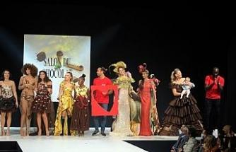 Paris'te mankenler çikolatan elbiselerle podyuma çıktı