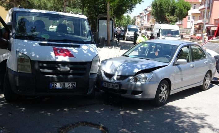 Isparta'da 2 otomobil ile kamyonet çarpıştı: 4 yaralı
