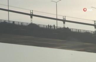 15 Temmuz Şehitler Köprüsü'nde intihar girişiminde bulunan şahıs 4 saat sonra ikna edildi