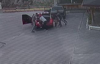 Akaryakıt istasyonunda dehşet: Aracın bagajına sokup darp ettiler