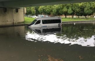 Alt geçidi su bastı, diyaliz hastalarını taşıyan minibüs mahsur kaldı