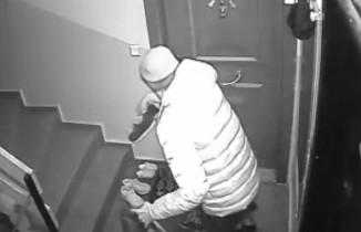 Apartmanda ayakkabıları seçerek çalan hırsız kamerada
