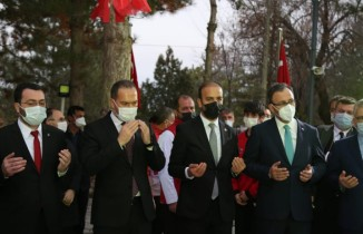 Bakan Kasapoğlu, şehit Astsubay Ömer Halisdemir'in kabrini ziyaret etti