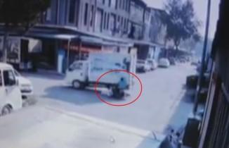 Bursa'da bisikletle kamyonetin çarpıştığı anlar kamerada