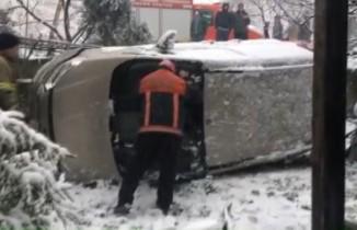 Buzlu yolda duramayan araç evin bahçesine böyle uçtu