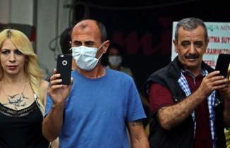 Caddedeki depo yangını korkuttu, vatandaşlar alevleri görüntülemek için yarıştı