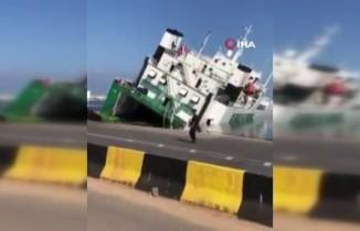 Cezayir'de limanda demirli olan gemi yan yattı