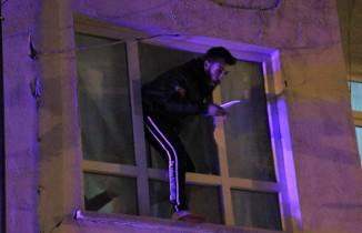 Çocuğunu görmek için bıçakla cama çıktı, kendini polise ihbar etti