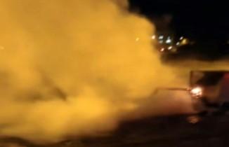 Çöp konteynerını ateşe veren gençler paniğe neden oldu