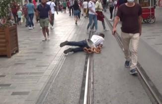 Dilencinin 'Oscarlık' duygu sömürüsü performansı polise takıldı