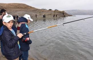 Engelli çocuklar Fırat'ta balık tuttu, halay çekti