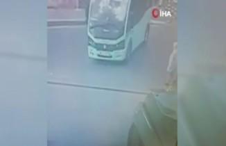 Freni boşalan minibüs yoldaki yayaları teğet geçip dükkana daldı