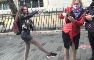 İstiklal'de ilginç anlar, maske cezası kesilen turist böyle dans etti