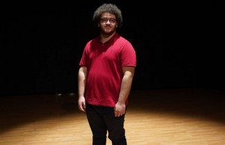 Konuşma zorluğu çeken gencin hayatı tiyatro ile değişti