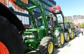 Kosova'da çiftçilerden traktörlü protesto