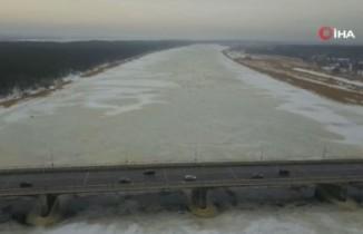Letonyalılar, buz tutan gölde balık tutmanın keyfini çıkarıyor