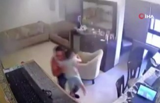 Lübnanlı babanın patlama anında oğlunu korumaya çalıştığı anlar kamerada