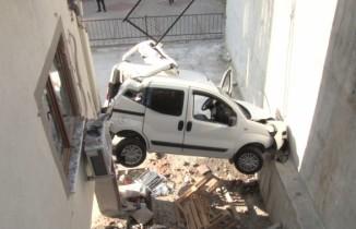 Maltepe'de fren yerine gaza bastı, 5 metreden aşağı uçtu: 1 ağır yaralı