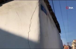 Manisa'daki deprem sonrası binalarda çatlaklar oluştu