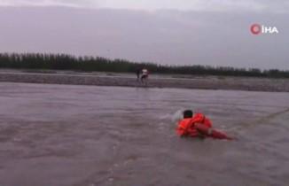 Nehirde mahsur kalanlar drone yardımıyla kurtarıldı