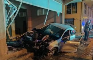 Otomobiliyle daldığı dükkanda kurtarılmayı bekledi