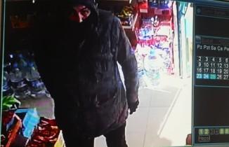 Pendik'te bıçaklı gaspçının market kasasını boşalttığı anlar kamerada