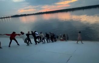 Rusya'da gölde boğulmak üzere olan iki kişi, insan zinciriyle kurtarıldı