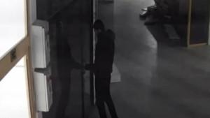 Satırla kapıyı açıp 5 dakikada soydu