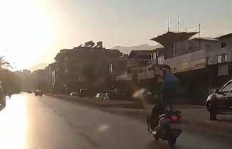 Seyir halindeki motosikletin üzerinde ayağa kalkıp ölüme meydan okudu
