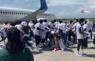 Sınır dışı edilen Haitililer, Texas uçağına yeniden binmeye çalıştı
