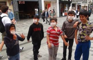 Sokağa çıkan çocuklar aileleriyle Taksim'e koştu
