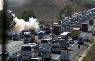 TEM'de alev alev yanan tır trafiği kilitledi