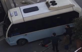 Ters yöne giren minibüs yaşlı kadına çarptı