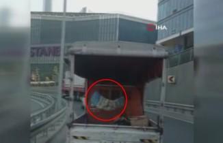 Trafikte seyreden kamyonetin kasasındaki kundak, görenleri hayrete düşürdü