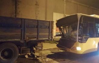 Ümraniye'de İETT otobüsü kamyonete çarptı: 2 yaralı
