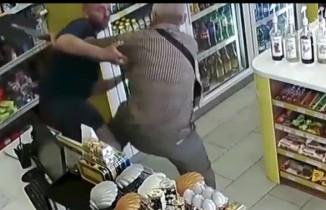 Yaşlı adam eline aldığı kürekle kadını tecavüzden kurtardı