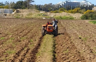 Yaşlı adamın tarlasını jandarma sürerek ekime hazırladı