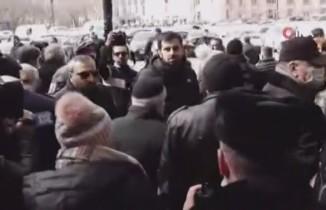 Yüzlerce Paşinyan destekçisi, meydanlara akın etti