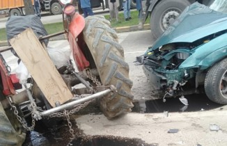 Zincirleme kazada traktör ikiye bölündü: 3 yaralı