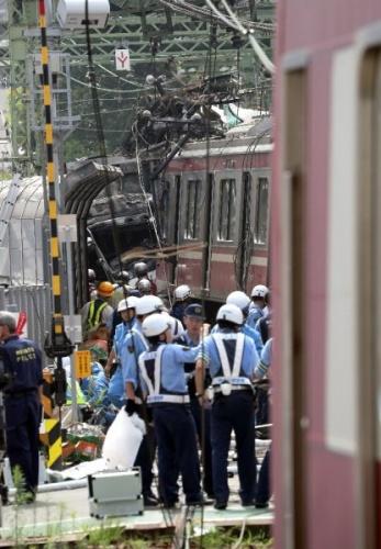 8 vagonlu banliyö treni Keikyu hattında bulunan hemzemin geçitte bir kamyona çarparak durabildi.
