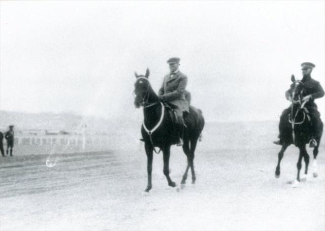 AA  Genelkurmay Askeri Tarih ve Stratejik Etüt Daire Başkanlığınca derlenen 16 fotoğraf, 19 Mayıs Atatürk'ü Anma Gençlik ve Spor Bayramı kapsamında Anadolu Ajansı ile paylaşıldı. Albümde, Atatürk'ün Gazi Ankara Kız Lisesi öğrencileri ile çekilen hatıra fotoğrafı da yer aldı.
