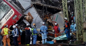 Japonya'da banliyö treni ile kamyon çarpıştı