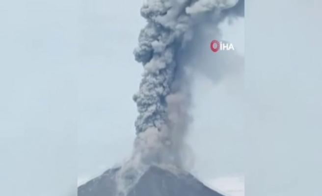 Endonezya'daki Sinabung Yanardağı duman ve kül püskürttü