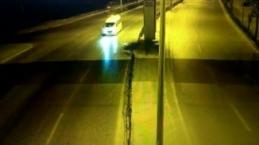 Direğe çarpıp minibüsün önüne düşen otomobilin 2'ye bölündüğü anlar kamerada
