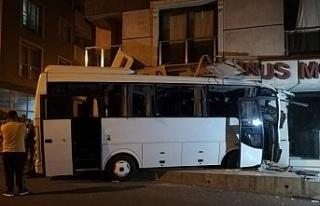 İzmir'de işçi servisi mobilya mağazasına daldı:...
