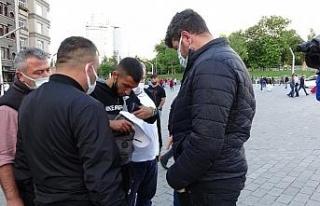 Taksim'de fahiş fiyatla parfüm satanları polis...